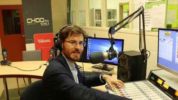 Guillaume Lorin aux commandes de CHOQ-FM 105.1 dans les studios situés dans l'école secondaire Toronto Ouest, dans le quartier Lansdowne et College.