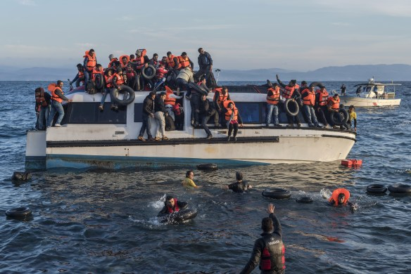 Des réfugiés syriens et irakiens arrivent de Turquie en bateau à l'île de Lesbos en Grèce, accueillis par des bénévoles espagnols de Proactiva Open Arms. (Photo: Ggia, CC BY-SA 4.0, https://commons.wikimedia.org)