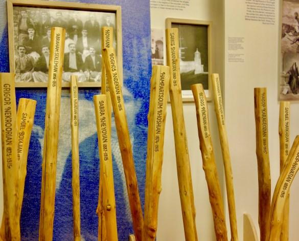 Noms de certains des résistants arméniens du Musa Dagh sur bois, à l'exposition Les 40 jours de Musa Dagh