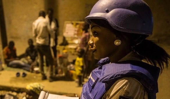 Patrouille de la Police UNPOL à Tombouctou pour sécuriser la population de la ville face aux menaces terroristes et au  banditisme. L'égalité des sexes devrait devenir partie intégrante de la culture militaire de l'ONU. (Photo : Défense nationale).
