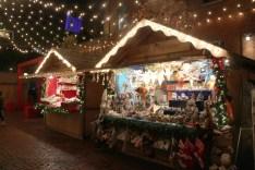 Décorations, friandises et cadeaux originaux au marché de Noël.