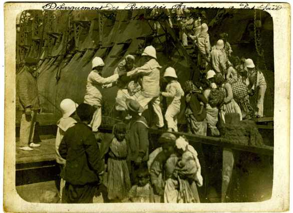 Image d'archive du débarquement des Arméniens de Musa Dagh en Égypte par la flotte française.