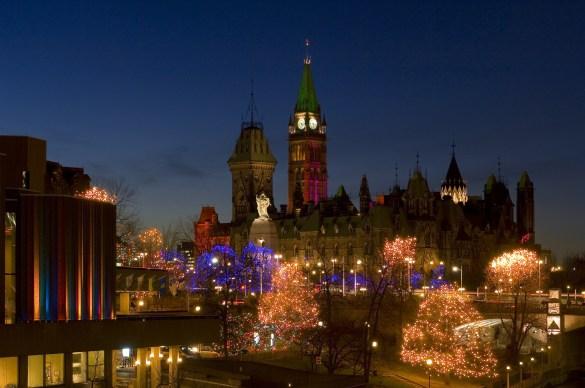 Illuminations des Fêtes sur la colline parlementaire. (Photo: Tourisme Ottawa)