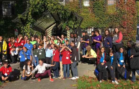 Des participants aux Olympiades linguistiques devant le manoir Glendon.