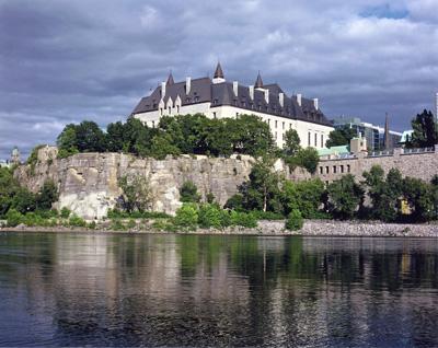 L'édifice de la Cour suprême vue de la rivière des Outaouais. (Photo: Philippe Landreville, Collection de la Cour suprême du Canada)