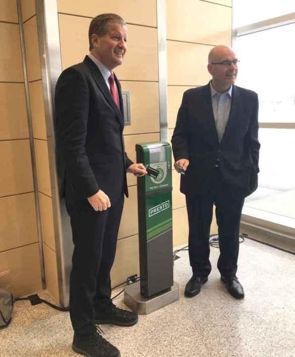 Le PDG de Metrolinx, Phil Verster, et le ministre des Transports de l'Ontario, Steven Del Duca à la station TTC GO de Donwsview Park.