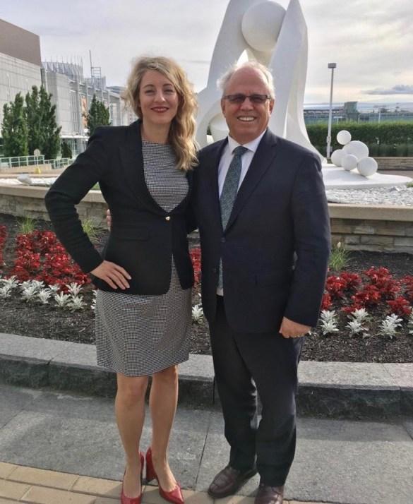 La ministre Mélanie Joly et le président de la FCFA Jean Johnson.