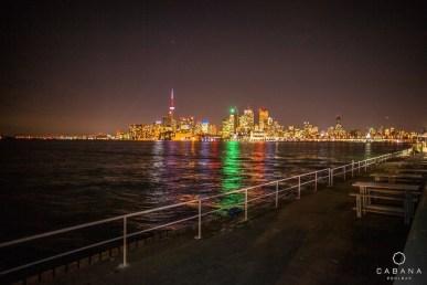 Le centre-ville de Toronto vue du Cabana Pool Bar au bout de la rue Polson.