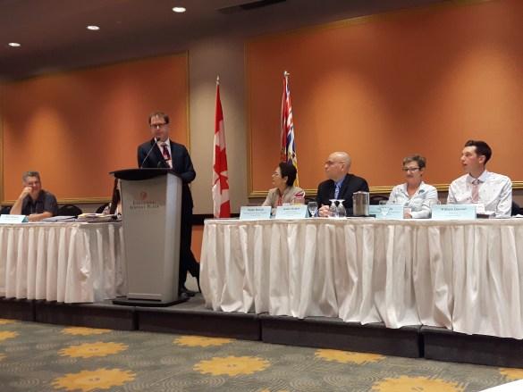 De gauche à droite : Eric Villeneuve, membre du C.A. de la Fédération des francophones de la Colombie-Britannique (FFCB), Adrian Dix, ministre de la Santé et ministre responsable des Affaires francophones de la Colombie-Britannique, Padminee Chundunsing, présidente de la FFCB, Robert Rothon, directeur général de la FFCB, et deux membres du C.A., Alicia Logie et William Quesnel (photo prise lors de l'AGA 2018 de la FFCB).