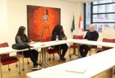 Léonie Tchatat en entrevue avec François Bergeron le jeudi 18 avril. À gauche: Kenza Bendjenad, chargée de communication à La Passerelle.