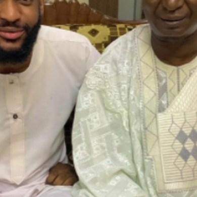 Il partage une photo avec son père ; ses amis lui demandent de faire un test ADN pour être sûr s'il est vraiment son fils