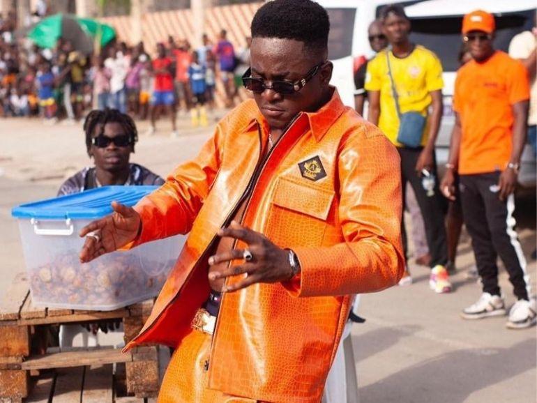 Côte d'Ivoire Fior de Bior crée le buzz en portant un habit rempli de Gnonmi avec lait (photos)