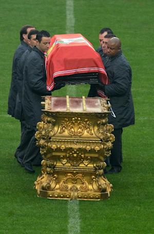 Officials display the coffin of Benfica football legend …