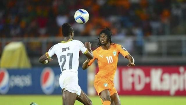 15BDGB. Bata (Equatorial Guinea), 08/02/2015.- Kwesi Appiah of Ghana (L) and Gervinho of Ivory Coast (R) during the 2015 Africa Cup of Nations final soccer match between Ivory Coast and Ghana at the Bata Stadium in Bata, Equatorial Guinea, 08 February 2015. (República Guinea, Irlanda) EFE/EPA/BARRY ALDWORTH UK AND IRELAND OUT