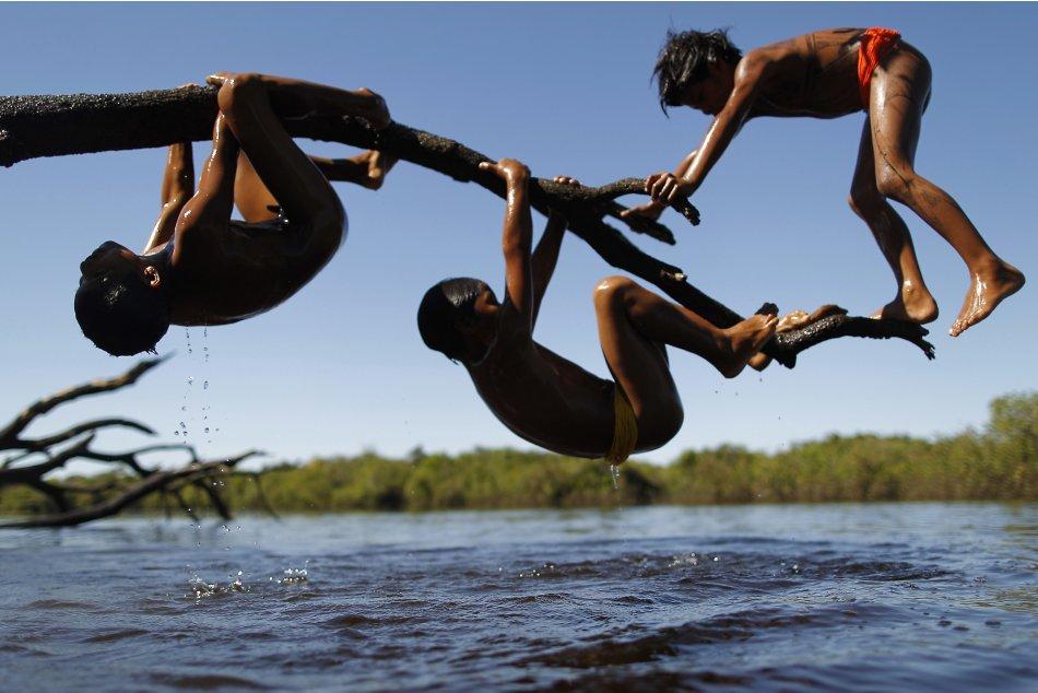 Yawalapiti children play over…