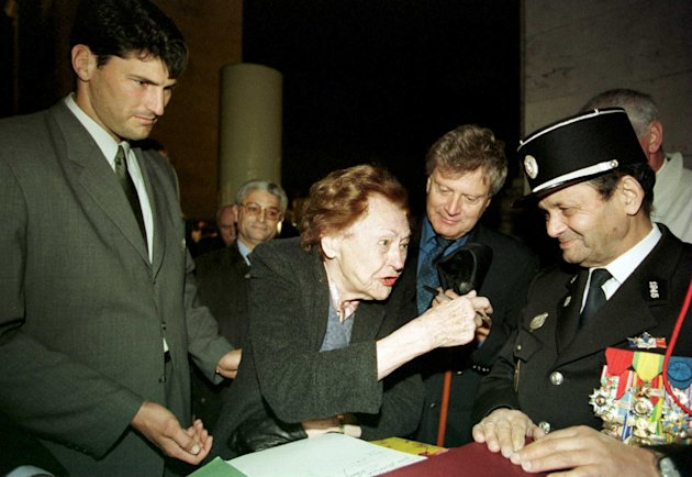(FILE PHOTO) French resistance spy Nancy Wake, codenamed 'The White Mouse' has died in a London nursing home, aged 98.  29 Oct 2000:  Nancy Wake (a WWII stalwart) and Australian Ruby Union captain John Eales(left) tonight at the Grave of the Unknown Soldier at the Arc de Triophe, Paris. Mandatory Credit: Jamie McDonald/ALLSPORT