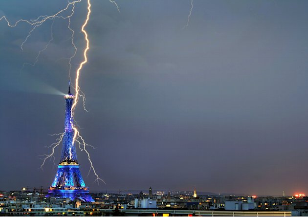 001CATERS_EIFFEL_TOWER_LIGHTNING_01