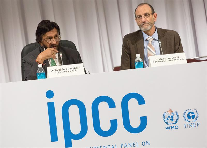 CJ. Yokohama (Japan), 31/03/2014.- Rajendra Pachauri (L) Chairman of the Intergovernmental Panel on Climate Change (IPCC) and Christopher Field (R), IPCC Working Group II Co-Chair attend a press conference during the tenth Plenary IPCC Working Group II and 38th Session of the IPCC in Yokohama, south of Tokyo, Japan, 31 March 2014. The IPCC announced that the effects of climate change are already taking place globally on all continents and across ocean waters. Although the world today is not prepared for risks resulting from a climate change, there are opportunities to act on such risks. EFE/EPA/CHRISTOPHER JUE
