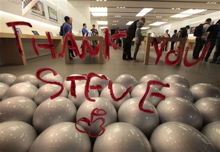 A tribute message is written in lipstick on the window of the Apple Store in Santa Monica