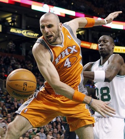 Phoenix Suns' Marcin Gortat (4) Loses