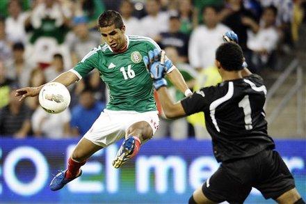 Miguel Ponce rematando