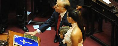 Menem jura su banca en el Senado sobre la Biblia/ Télam