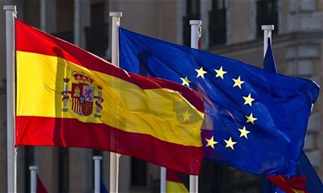 A European Union flag flies next to Spain's flag in central Madrid January 26, 2010. REUTERS/Paul Hanna/Files