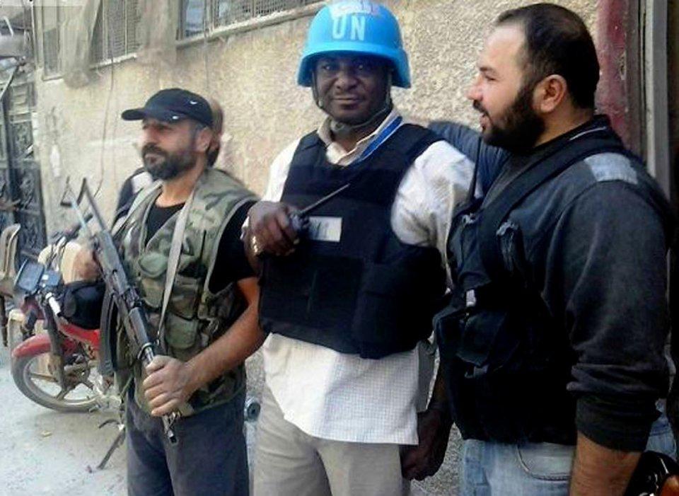 En Esta imagen de Periodismo Ciudadano proporcionada Por La Oficina de Prensa de ESTADOS Arbeen Que se ha autenticado en base de un su Contenido y Otra Información de AP, sin Miembro del Equipo de Investigación de la ONU, es escoltado Por los rebeldes sirios en Damasco campo de Zamalka, Siria, Miércoles, agosto.  28 de 2013.  Expertos en Armas Químicas de la ONU sí dirigieron a la ONU suburbio de Damasco el miércoles párr Una nueva gira Por las Zonas afectadas Por Un Ataque de gas venenoso supuesto, Dijeron Activistas, MIENTRAS las Potencias Occidentales sentaron las bases párrafo sin Posible Ataque punitivo y el jefe de la ONU Abogo porciones Más de Tiempo para la diplomacia.  (Foto AP / Oficina de prensa de ESTADOS Arbeen)