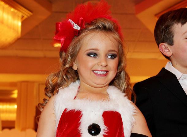 """La pequeña de 6 años, con dientes postizos y maquillaje en un momento de su """"reality"""". (Getty)"""