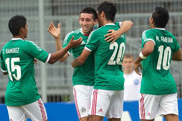 Miguel Herrera festejando el primer gol del Tri