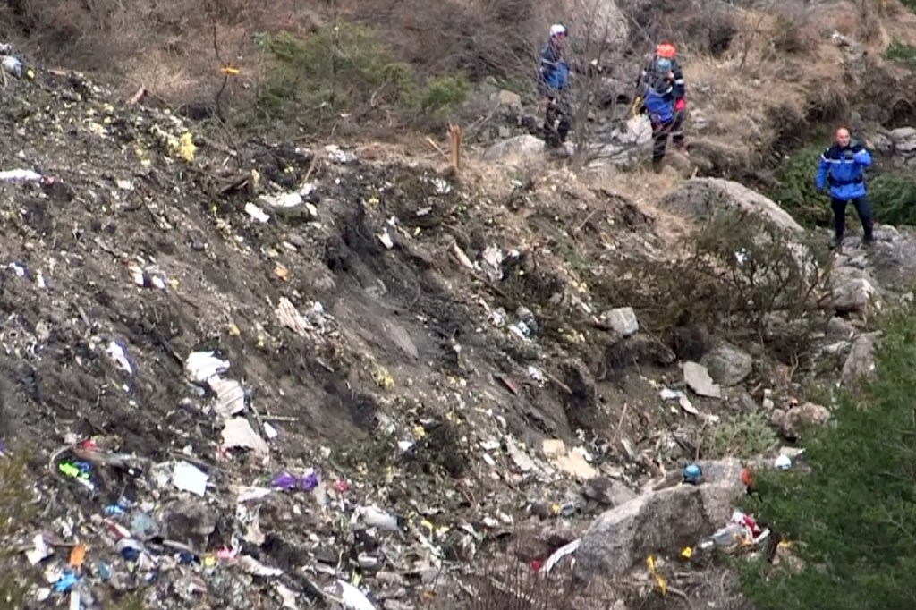 A screengrab taken on March 24, 2015 shows search and rescue personnel at the crash site of the Germanwings Airbus A320 in the French Alps, above the southeastern town of Seyne (AFP Photo/Denis Bois)