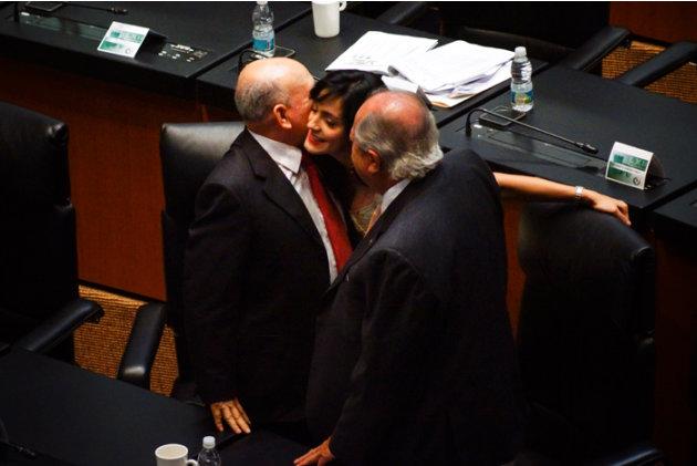 MÉXICO, D.F., 23ABRIL2013.- La senadoras perredista Iris Vianey Mendoza con el senador del PRI Carlos Romero Deschamps.