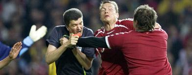El momento del ataque del aficionado al árbitro. Foto: AP