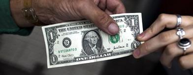 Ofrecen un dólar a 5 pesos en protesta contra la falta de libertad y el derecho de disponer de los fondos propios, en Buenos Aires, Argentina, lunes 28 de mayo de 2012./Foto: AP Foto/Natacha Pisarenko