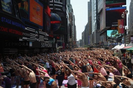 Several thousand New Yorkers calmly invaded Times Square, transforming it into an immense outdoor yoga class