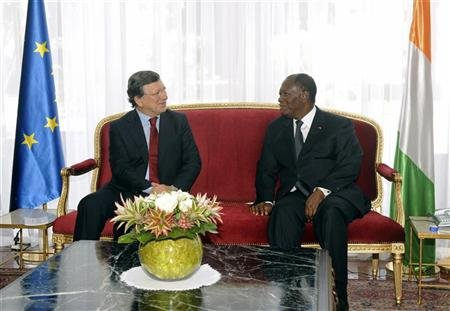 Ivory Coast's President Alassane Ouattara (R) talks with European Commission President Jose Manuel Barroso during his visit, at the presidential palace in Abidjan October 25, 2012. REUTERS/Thierry Gouegnon