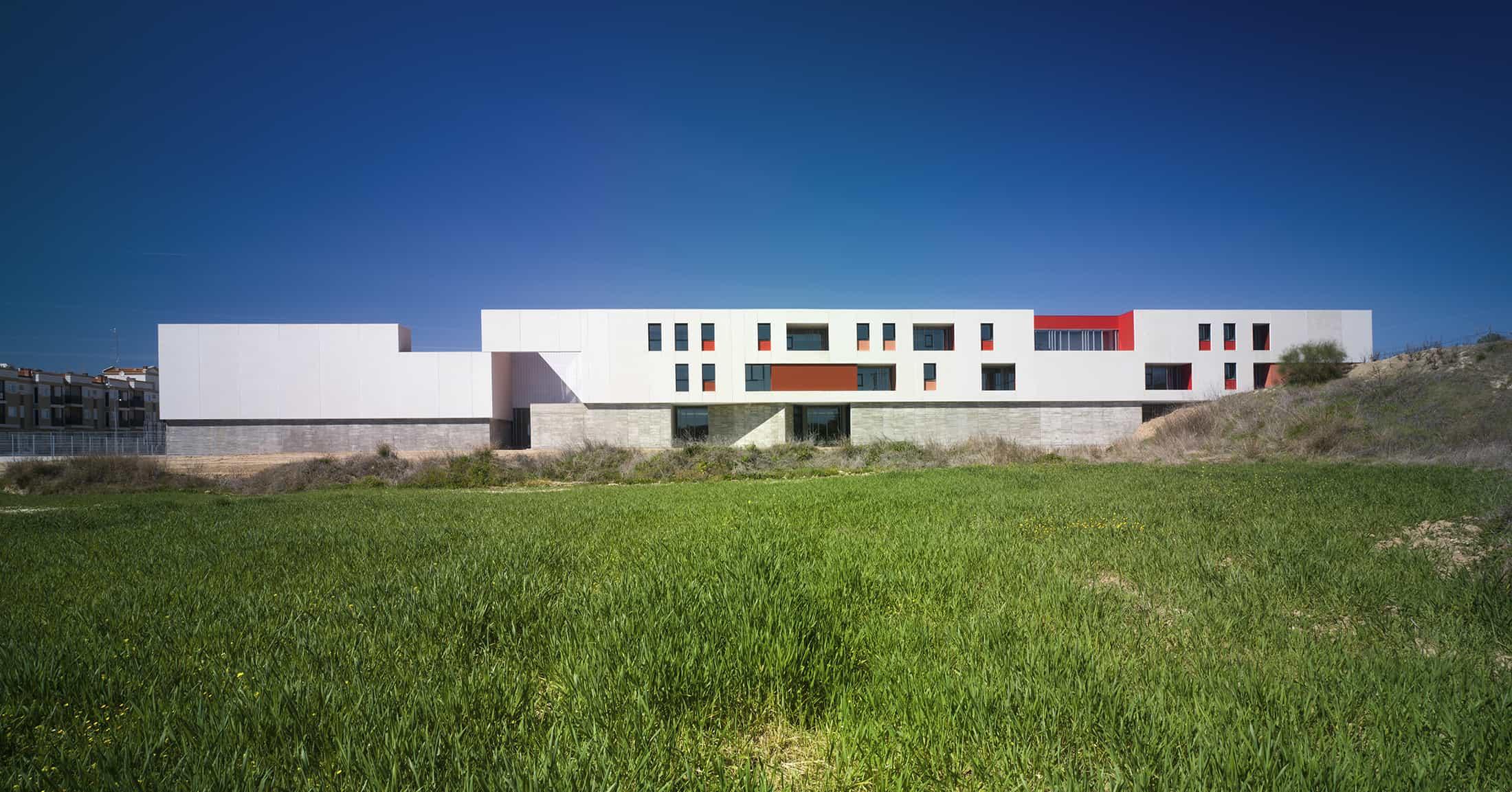 IES Coria - tangencia hormigón prefabricado - arquitectura escolar - LANDÍNEZ+REY | eL2Gaa