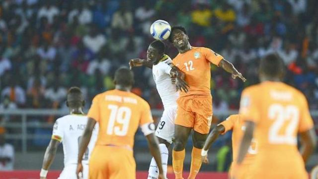 15BDGB. Bata (Equatorial Guinea), 08/02/2015.- Jonathan Mensah of Ghana (L) and Wilfried Bony of Ivory Coast (R) in action during the 2015 Africa Cup of Nations final soccer match between Ivory Coast and Ghana at the Bata Stadium in Bata, Equatorial Guinea, 08 February 2015. (República Guinea, Irlanda) EFE/EPA/BARRY ALDWORTH UK AND IRELAND OUT