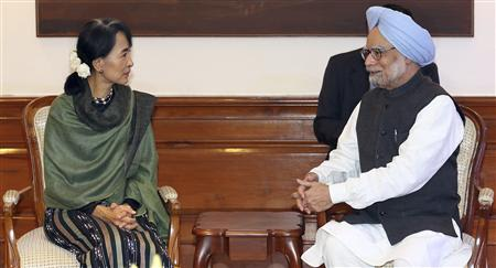 Indian Prime Minister Manmohan Singh (R) speaks with Myanmar's opposition leader Aung San Suu Kyi during their meeting in New Delhi November 14, 2012. Suu Kyi is on a six-day visit to India. REUTERS/Harish Tyagi/Pool