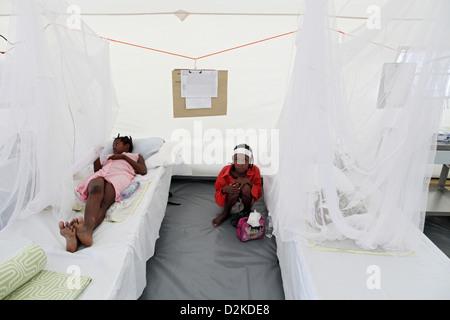 mere et enfants avec moustiquaire dans la region de kano au nigeria photo stock alamy