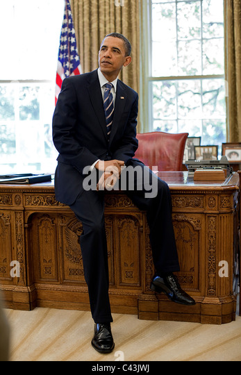 https://i2.wp.com/l7.alamy.com/zooms/1cc1ad95ccf6460299ca9d34b0d09a31/president-barack-obama-leans-against-the-resolute-desk-in-the-oval-c43jwj.jpg