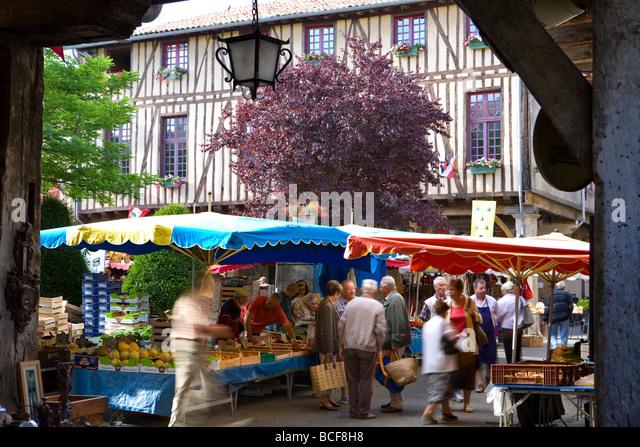 https://i2.wp.com/l7.alamy.com/zooms/d660432a8aee488ab0556271e708ec42/market-day-mirepoix-ariege-midi-pyrenees-france-bcf8h8.jpg