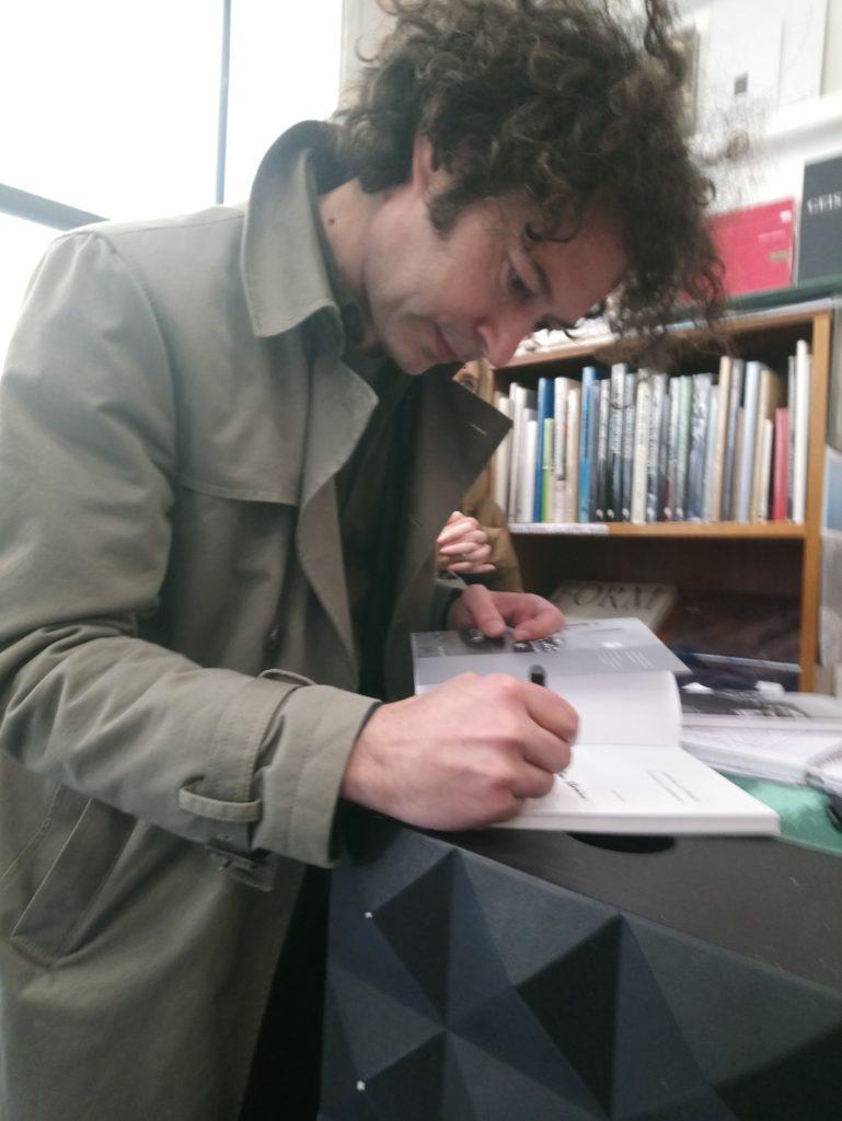 Nicolas Comment signe son livre Journal à Rebours Éd. Filigranes - La Nouvelle Chambre Claire
