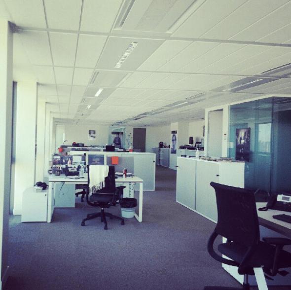 Bureaux (ici open space) vides à l'heure du déjeuner.