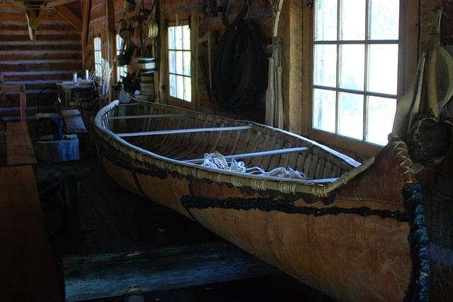Vieux canoé en bois amérindien