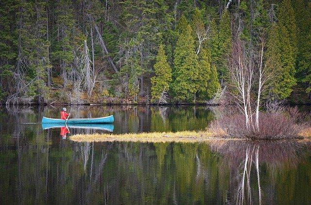 Expédition dans la nature en canoé