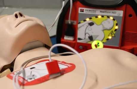 Défibrillateur et mannequin formation premiers secours
