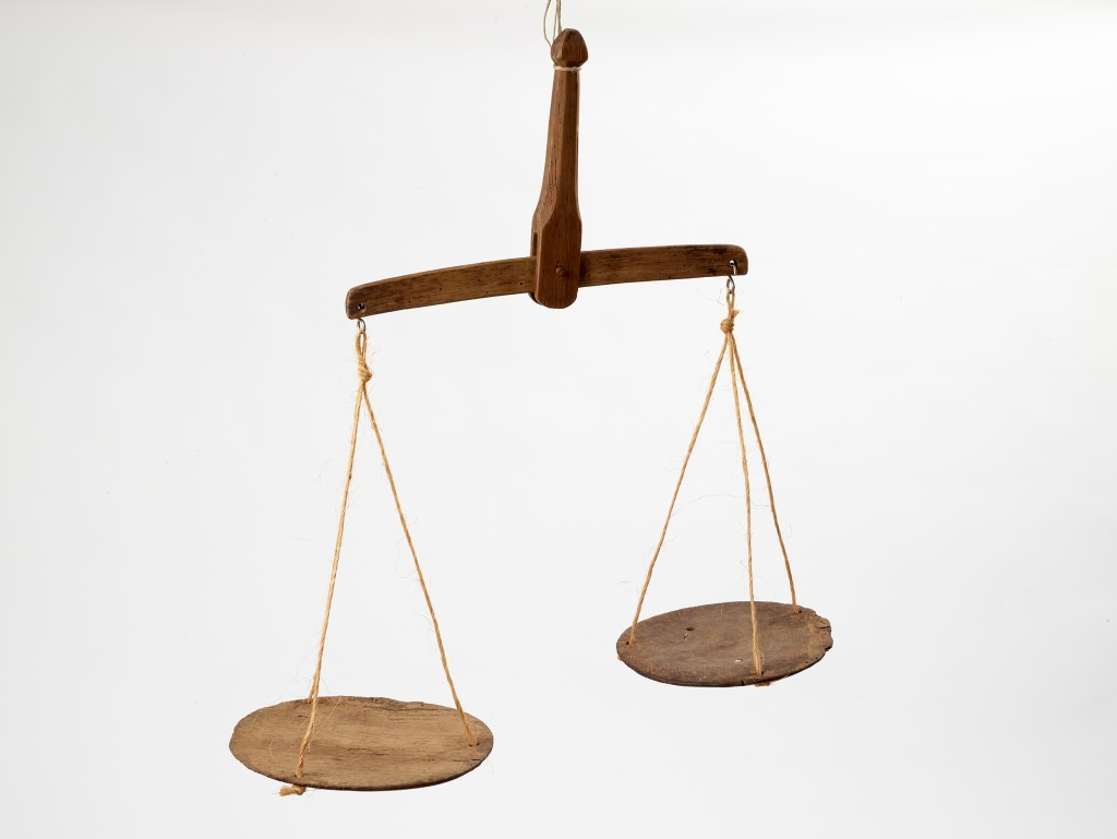 Une paire de balance en bois