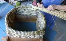 Montage du coeur de ruche en paille de seigle cousue à la ronce