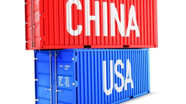 Dos contenedores uno rojo de China sobre otro azul de Estados Unidos
